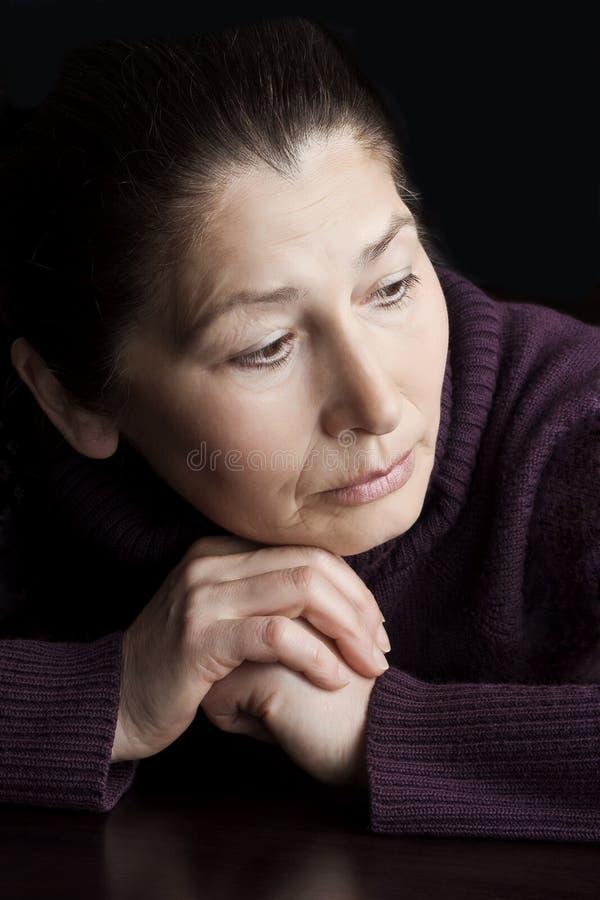 vieille femme triste photo stock