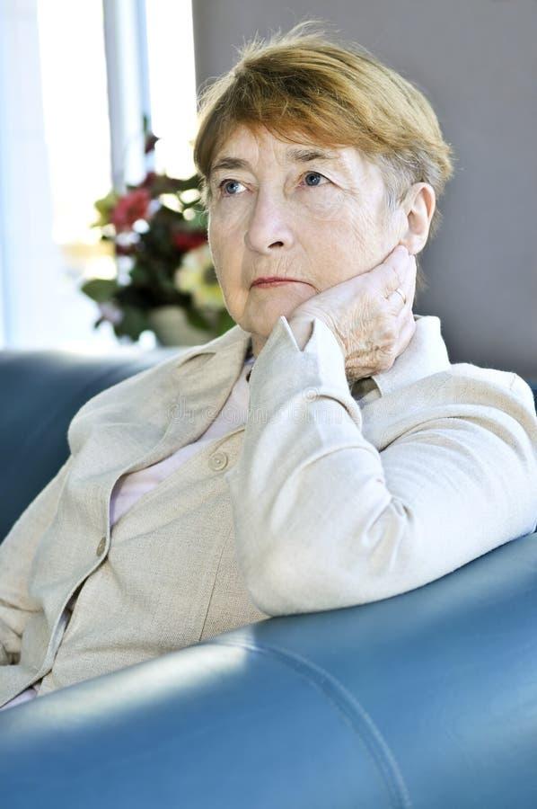 vieille femme triste images stock