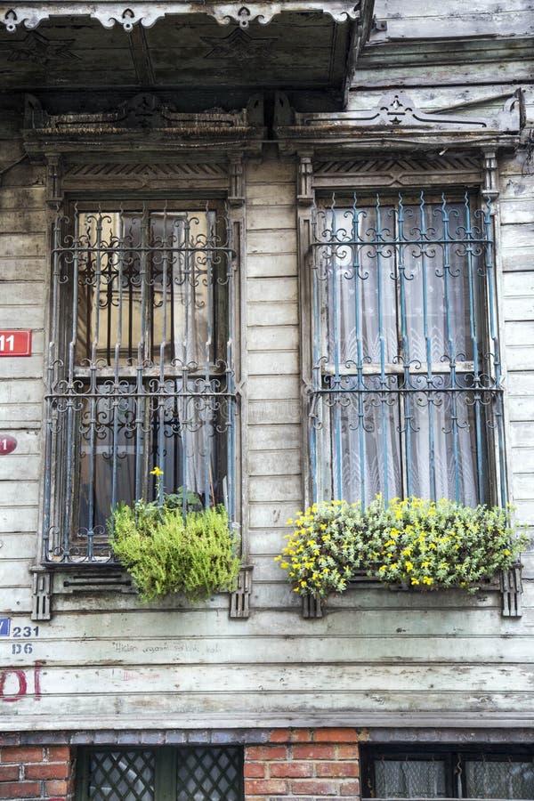 Vieille fenêtre avec la barrière fleurie photographie stock