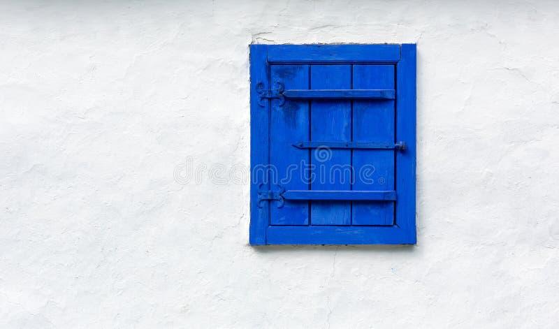 Vieille fenêtre bleue photo libre de droits