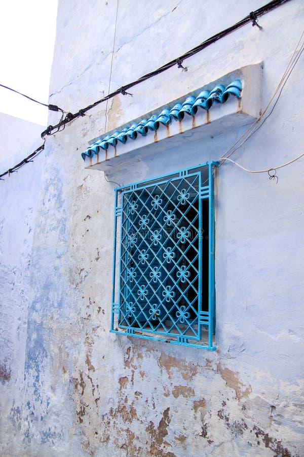 Vieille fenêtre bleue peinte traditionnelle avec la pièce forgéee décorative d'ornement en secteur ou Médina historique de Tunis, image stock