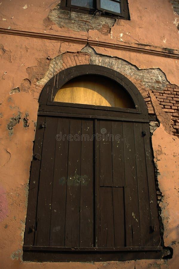Vieille fenêtre dans le vieux bâtiment image stock
