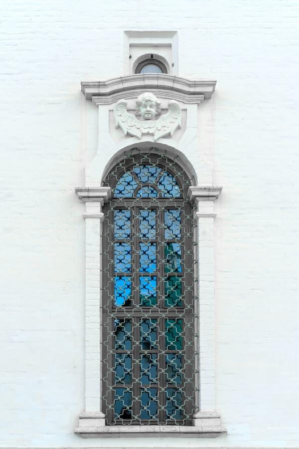 Vieille fenêtre dans le vieux mur en pierre photos stock