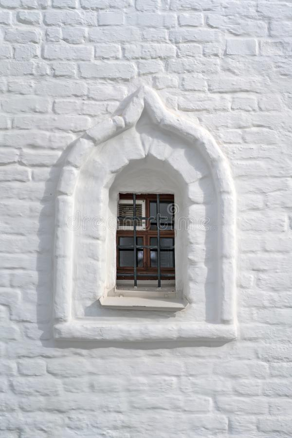 Vieille fenêtre dans le vieux mur en pierre image libre de droits