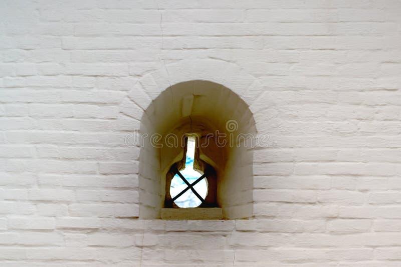 Vieille fenêtre dans le vieux mur en pierre images libres de droits