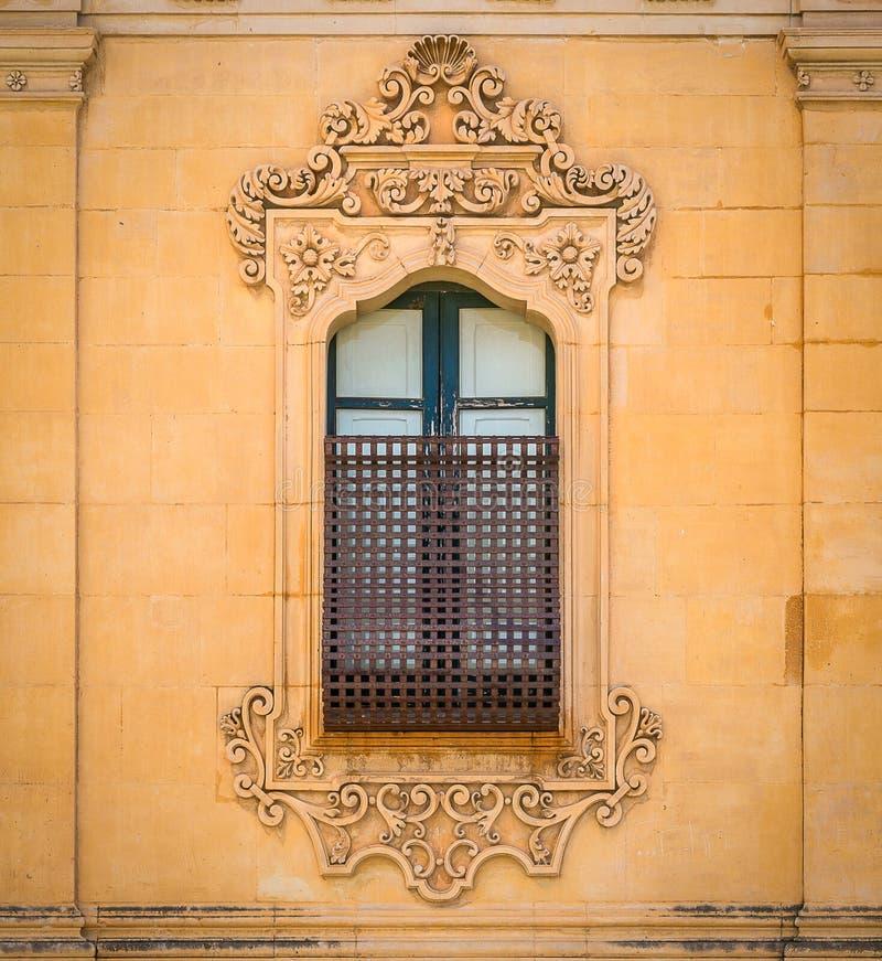 Vieille fenêtre dans Noto avec les décorations baroques La Sicile, Italie photo stock