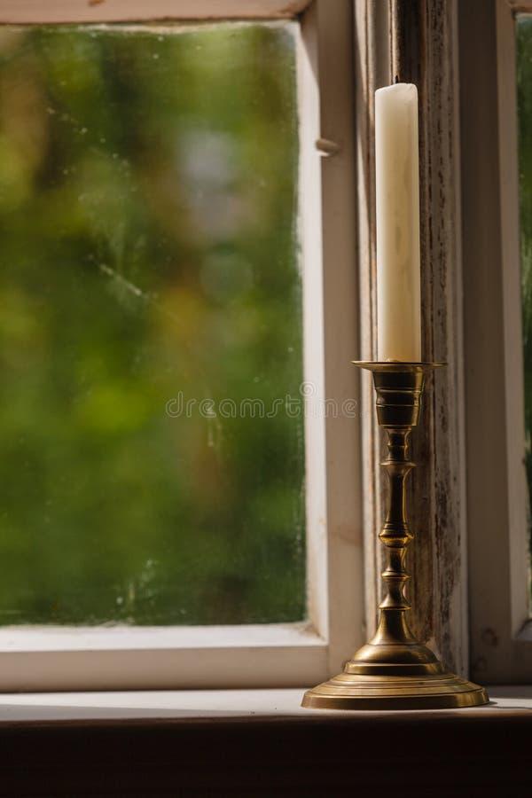 Vieille fenêtre de vintage et bougie verticale dans le chandelier images libres de droits