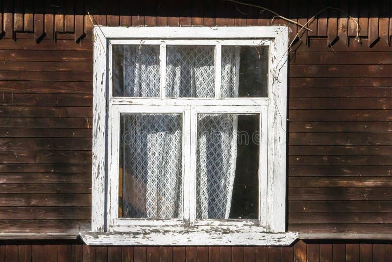 Vieille fenêtre en bois avec la peinture blanche peinte d'épluchage sur le pla en bois photos libres de droits