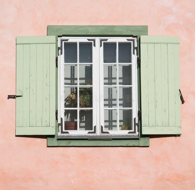 Vieille fenêtre en bois avec les abat-jour ouverts de volet photo stock