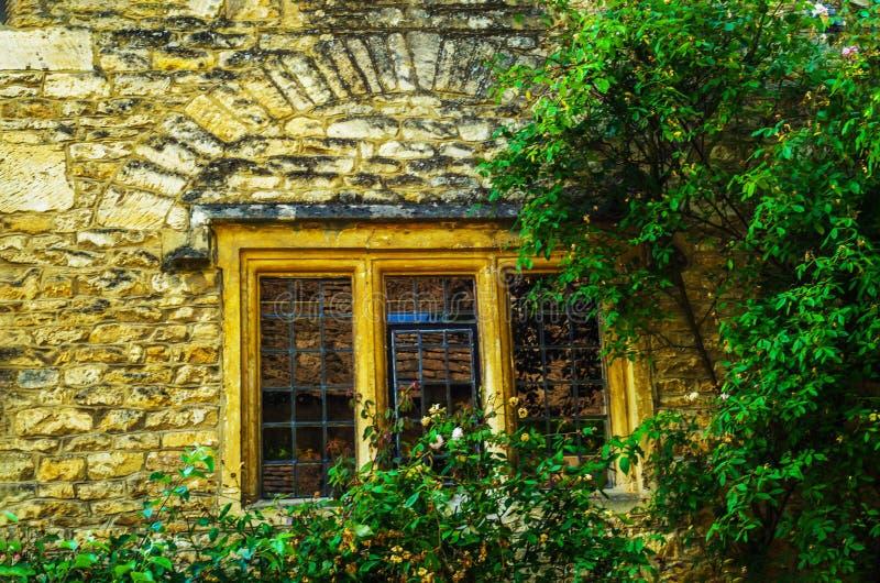 Vieille fenêtre en bois dans un bâtiment historique, pierre caractéristique f photo libre de droits