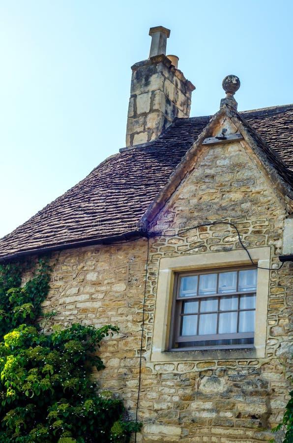 Vieille fenêtre en bois dans un bâtiment historique, pierre caractéristique f photographie stock