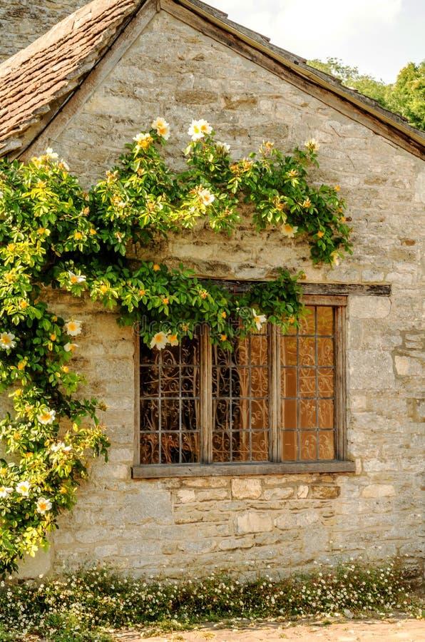 Vieille fenêtre en bois dans un bâtiment historique, pierre caractéristique f images libres de droits