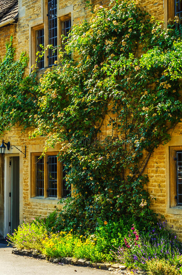 Vieille fenêtre en bois dans un bâtiment historique, pierre caractéristique f photos libres de droits