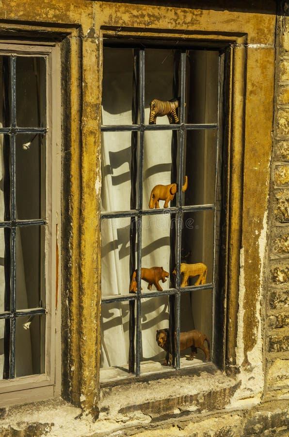 Vieille fenêtre en bois dans un bâtiment historique, pierre caractéristique f photo stock