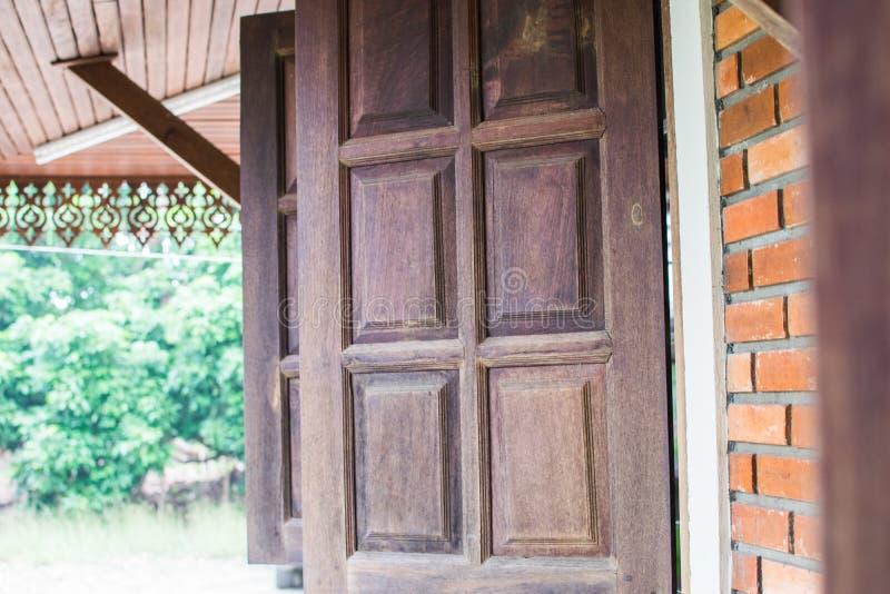 Vieille fenêtre en bois de la maison images libres de droits