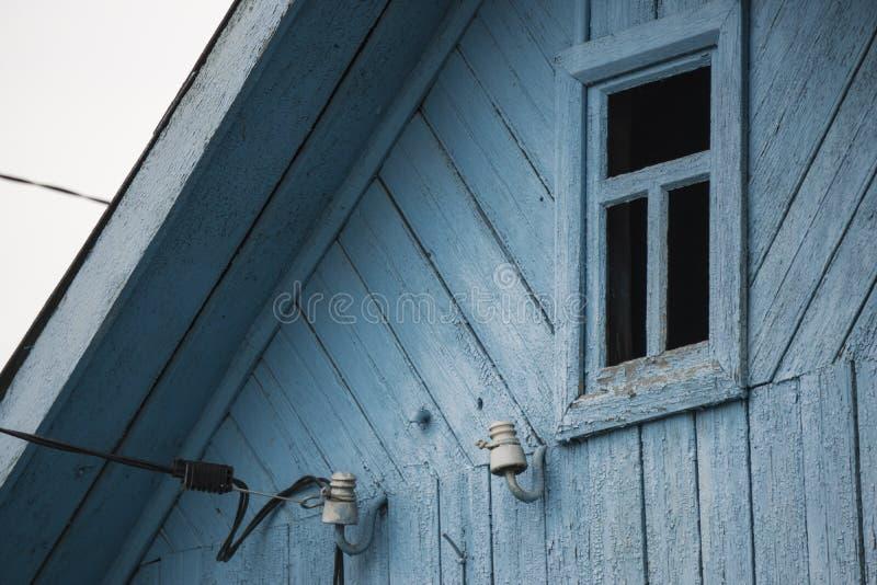 Vieille fenêtre en bois de maison photos stock