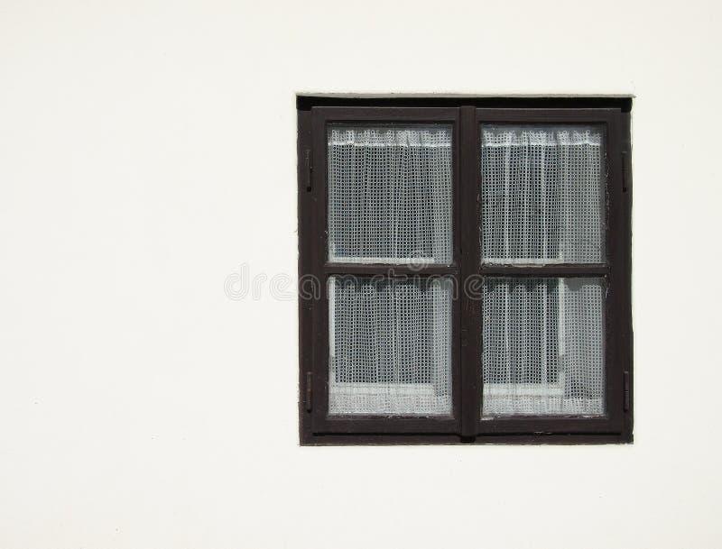 Vieille fenêtre en bois noire avec le rideau photographie stock libre de droits