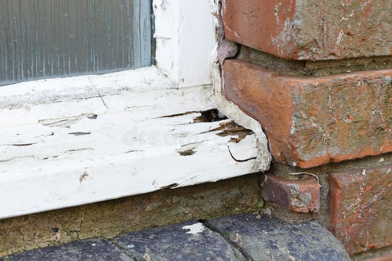 Vieille fenêtre en bois putréfiée photographie stock