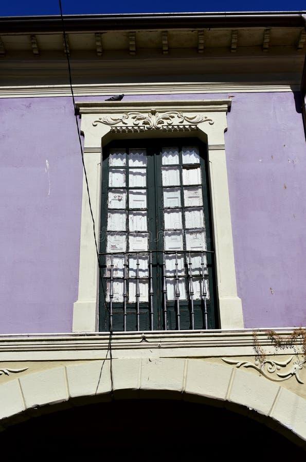 Vieille fenêtre en bois verte dans un mur violet avec la balustrade argentée de fer Pontevedra, vieille ville, Espagne image libre de droits