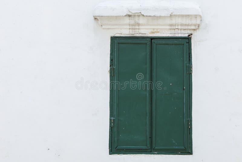 Vieille fenêtre en bois verte sur un mur photo libre de droits