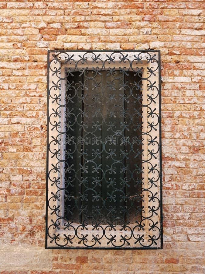 Vieille fen?tre r?p?e dans un mur de briques dans la ville de Venise, Italie photos stock
