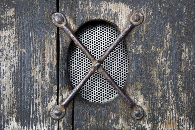 Vieille fenêtre ronde avec des barres en métal images libres de droits