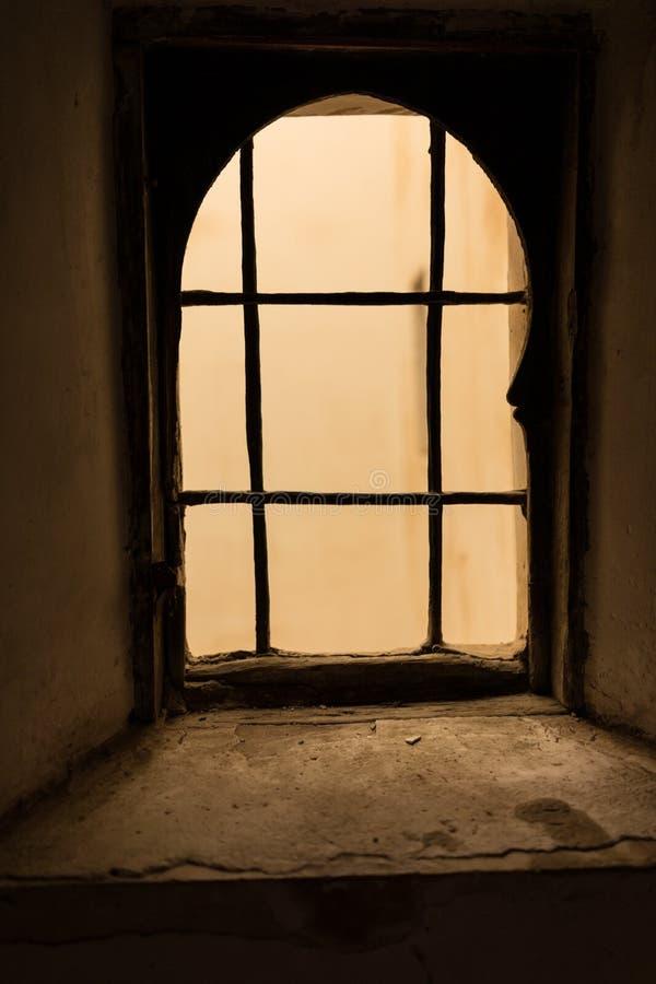 Vieille fenêtre rouillée, effrayant et rampant photo libre de droits