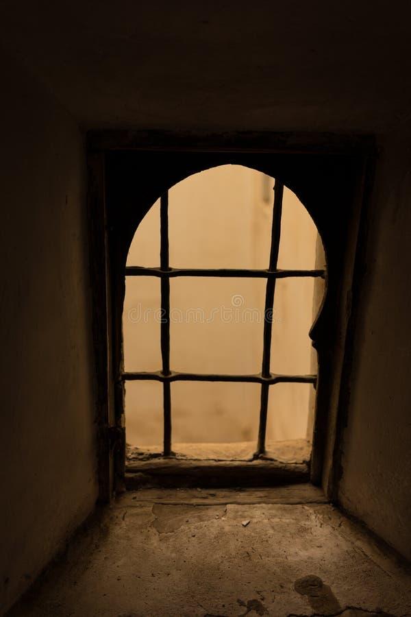 Vieille fenêtre rouillée, effrayant et rampant photo stock