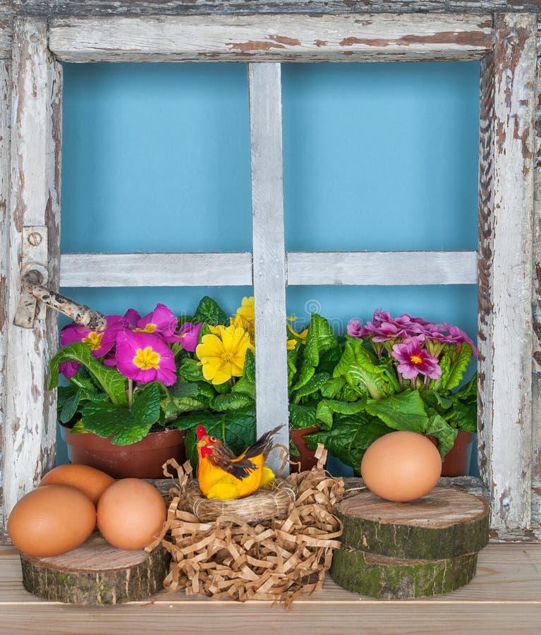 Vieille fenêtre rurale avec des fleurs de ressort images stock
