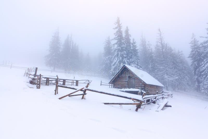 Vieille ferme dans les montagnes photographie stock libre de droits