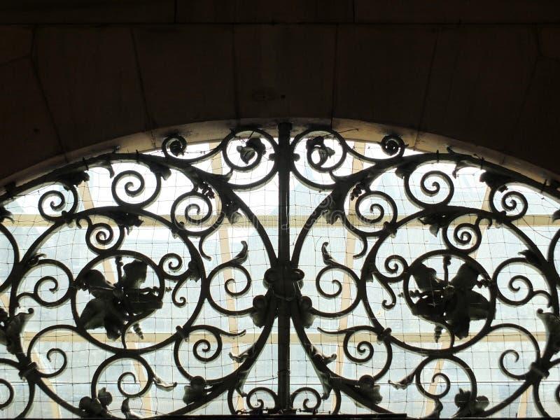 Vieille ferronnerie travaillée en spirale décorative images stock