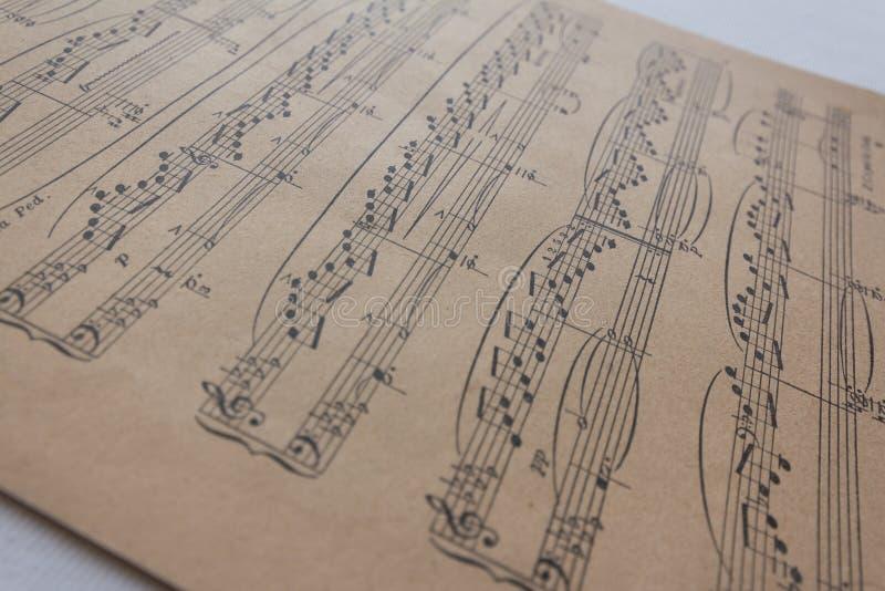 Vieille feuille de musique - notes de musique sur le papier jaune images libres de droits