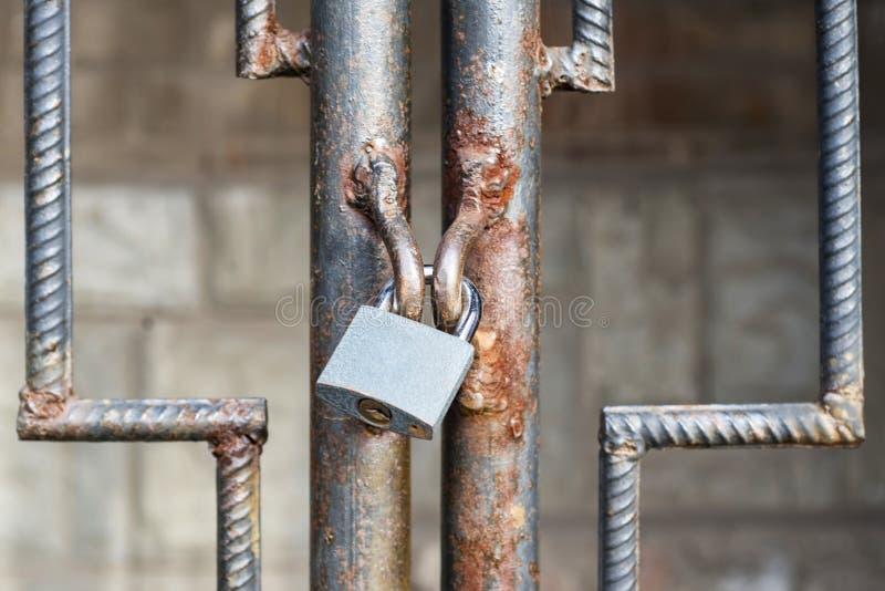 Vieille fin rouillée de porte en métal de serrure verrouillée  Porte verrouillée en acier de volet de glissière antique La serrur photos stock