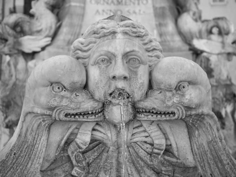 Download Vieille fontaine image stock. Image du pierre, effrayant - 45359915