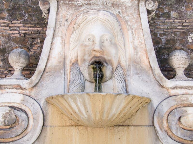 Download Vieille fontaine photo stock. Image du historique, antique - 45359930