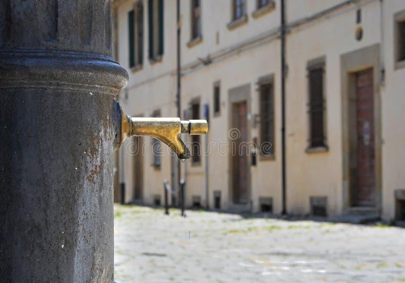 Vieille fontaine au centre historique d'Arezzo photos stock