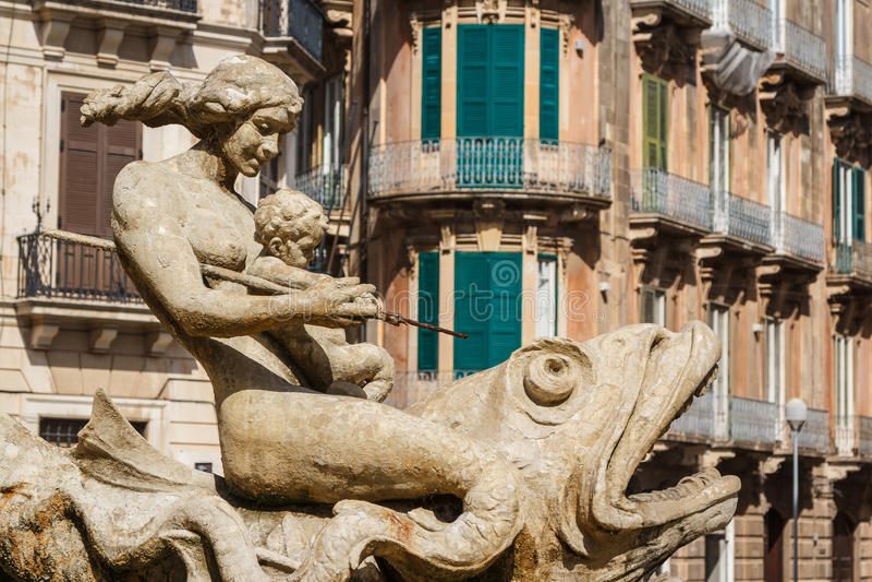 Vieille fontaine au centre historique de Syracuse, île de la Sicile images stock