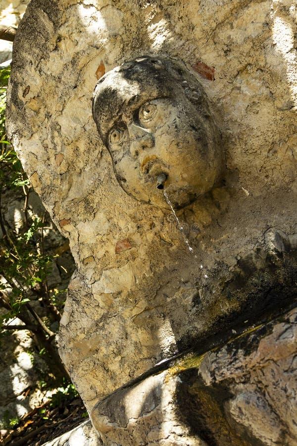 Vieille fontaine d'eau dans le village médiéval d'Eze à la côte Provence de la Côte d'Azur photos libres de droits