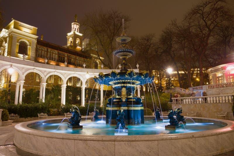Vieille fontaine en ancien parc de Park Vahids du Gouverneur, nuit Bakou, Azerbaïdjan photographie stock