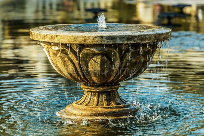 Vieille fontaine en pierre photographie stock