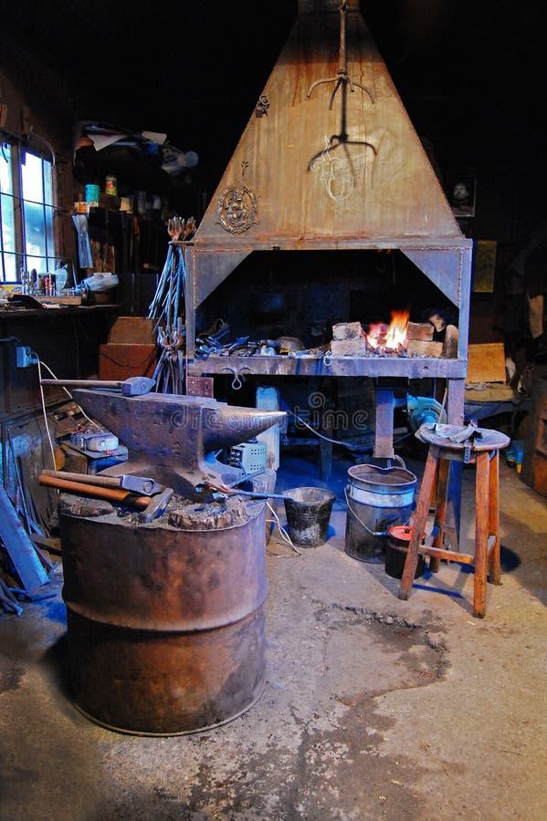 Vieille forge forge dans les Moyens Âges image stock