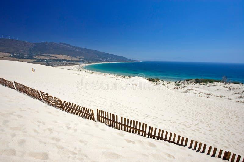 Vieille frontière de sécurité collant hors des dunes abandonnées de plage sablonneuse images stock