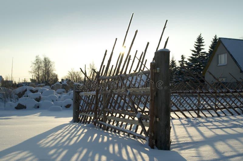 Vieille frontière de sécurité dans la campagne neigeuse images libres de droits