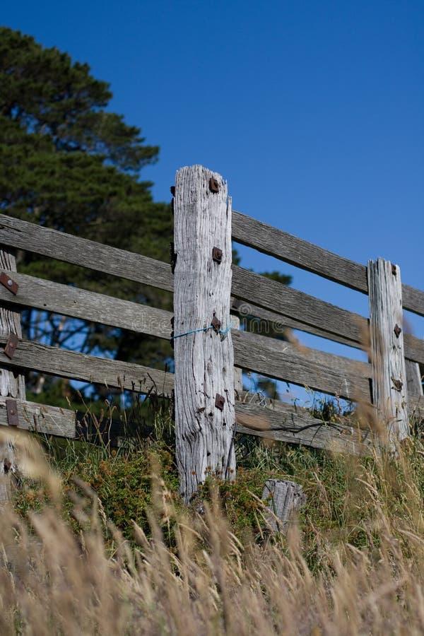 Vieille frontière de sécurité de ferme sur le fond de ciel bleu photo stock