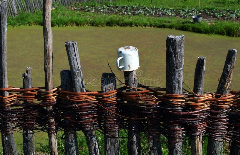 Vieille frontière de sécurité de village photographie stock