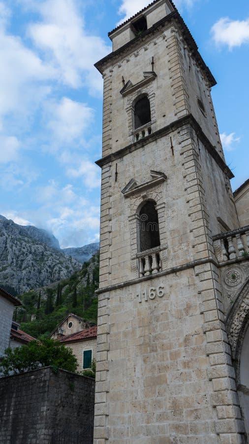 Vieille ?glise ? l'int?rieur de dipl?m? de Stari, Kotor, Mont?n?gro Baie de Kotor et vieille ville de montagne de Lovcen monteneg image stock