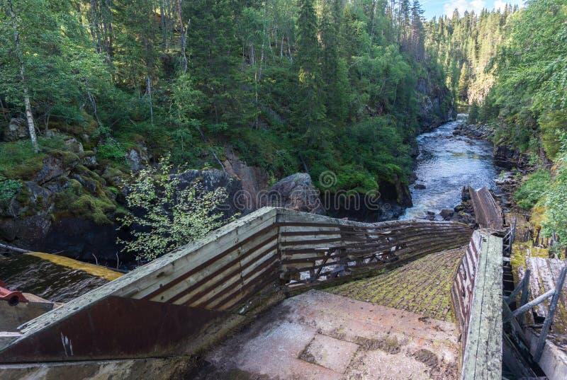 Vieille gouttière pour transporter le bois de construction en bas de la rivière, Auttikongas, Finl photographie stock