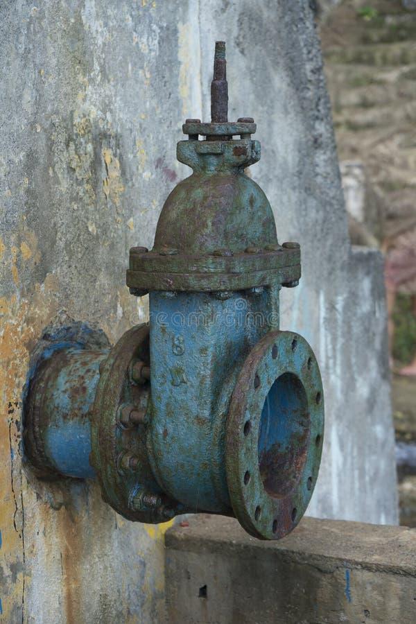 Vieille grande conduite d'eau bleue de boissons avec la valve image stock