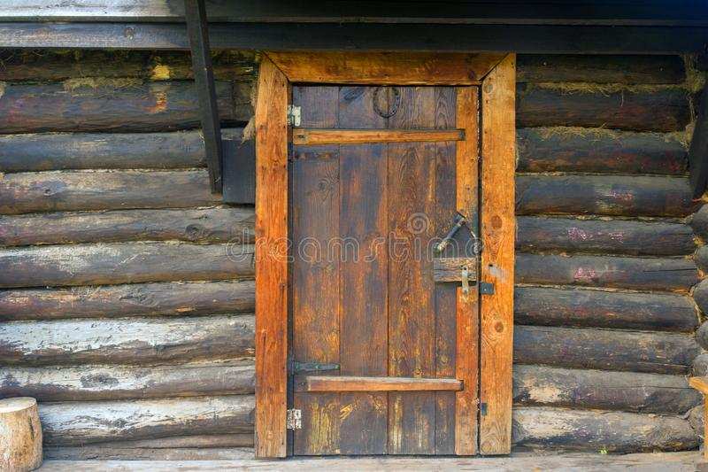 Vieille grande porte en bois p l'entr?e au rondin photos libres de droits