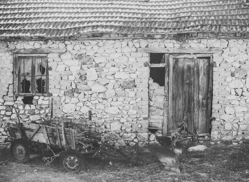 Vieille grange abandonnée Chariot abandonné à côté des ruines Vieux chariot près du mur en pierre Secteur avec de vieux bâtiments images stock